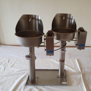 2 Handwaschbecken für Lebensmittelbetriebe Handwaschbecken mit Kniebedienung